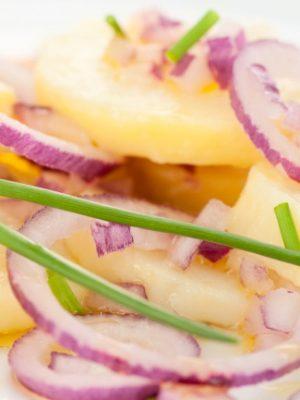 Lilahagymás burgonyasaláta